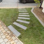 Montaż ścieżki ogrodowej z płyt