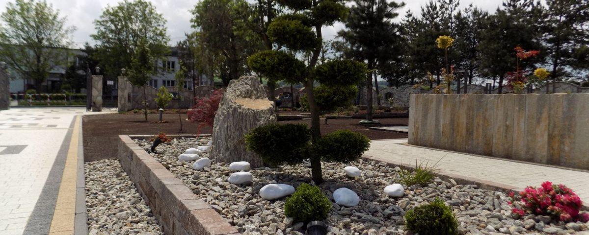 Rabata z drzewkiem typu Bonsai + głaz ozdobny + kora kamienna