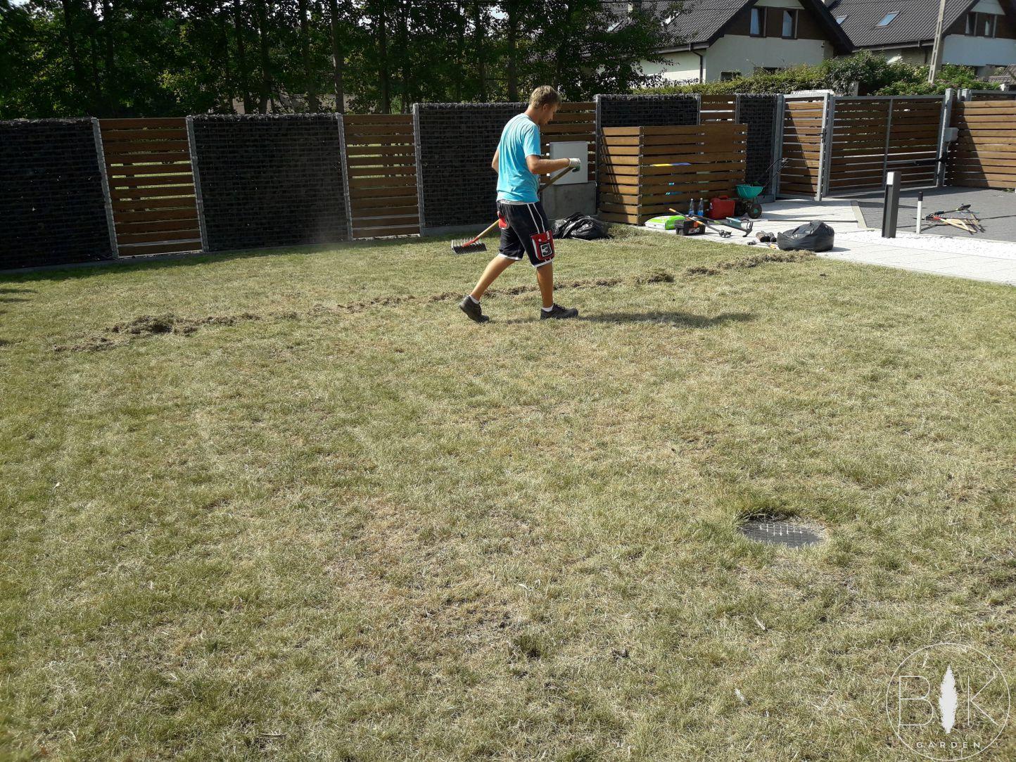 reczna wertykulacja trawnika
