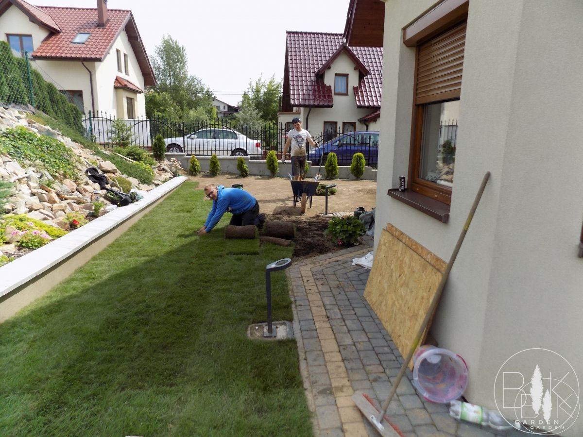 ukladanie trawy z rolki bibice