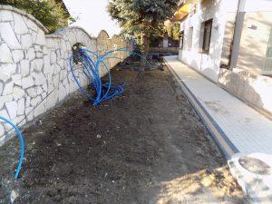 Rowki pod rury do systemu automatycznego nawadniania trawnika