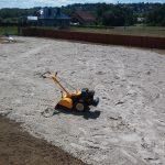 Piaskowanie terenu przed położeniem trawnika z rolki