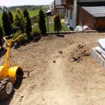 Prace glebogryzaką przy zakładaniu trawnika z siewu