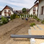 Wyrównywanie terenu przy zakładaniu trawnika z siewu