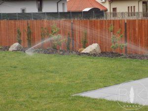Zraszacze obrotowe automatycznego systemu nawadniania trawnika
